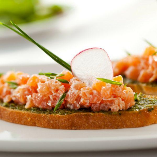 Bruschetta con tartare di salmone e pesto